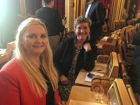 To på tinget: Lørdag delte Åslaug Sem-Jacobsen og Hanne Thürmer fra Notodden pult under konstitueringen av Stortinget. (privat foto)