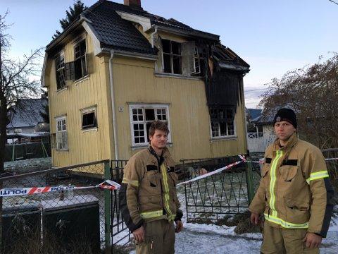 Etterslukkingen har pågått gjennom natten og morgenen. Øyvind Andreassen og John Andreassen (t.h) var på branntomta på morgenkvisten