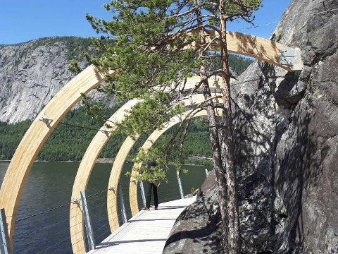FYRESDAL: Slik er stien langs Fyresvatn boltet inn i fjellet. Noe tilsvarende skan skje på strekningen fra Nesøya til Merde. Nå reises saken politisk. (Foto: Privat)