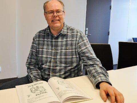 Sølvsmed Hans Kristian Aabø fattet for noen år siden interesse for stemplet papir - vannmerker fra 1657 til 1957, og innrømmer at det er et smalt interesefelt. Han her sannsynligvis landets særeste hobby.