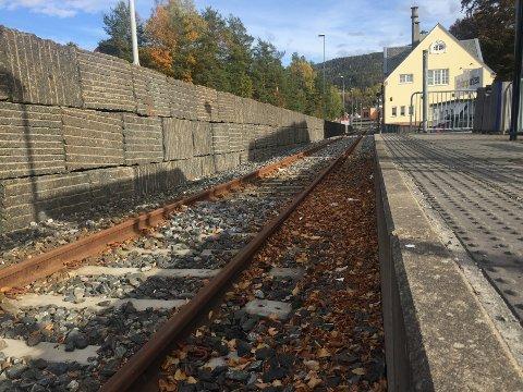 Når Notodden stasjon står klar etter ombygging og med kjøreledning, vil perrongen bli lagt på motsatt side av sporet og på østsiden av Stasjonen Kafe.