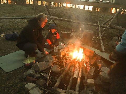 PINNELUSSEKATTER: Lars FRers og sønnen Menko koste seg med pinnelusekatter.