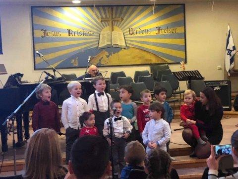 FEIRET: Det nye tilbygget ved Betania barnehage ble feiret med en flott førjulsfest. Et av innslaga var fin sang fra barna, som hadde lært seg julesangene.