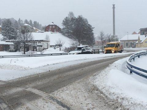 KJØR FOR SIKTIG: Det meleds om stort snøfall fram til kookka 13.00 i dag - kanskje noe lenger. Kjør forsiktig. Notodden kommune har alt brøytemannskapo ute og Statens vegvesen, som har ansvaret her på E134, har sine innleide entreprenører i sving. E134 er sleip på grunn av saltlaken som blander seg med snøen.