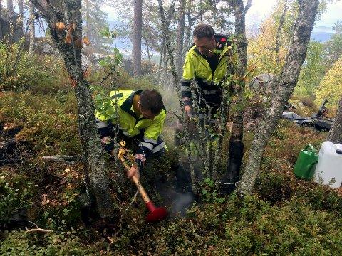 SLUKKER: John Andreassen og Halgeir Jamtveit slukker brann ved Godthøåsen på Reshjem. (Foto: Trond Kaasa)