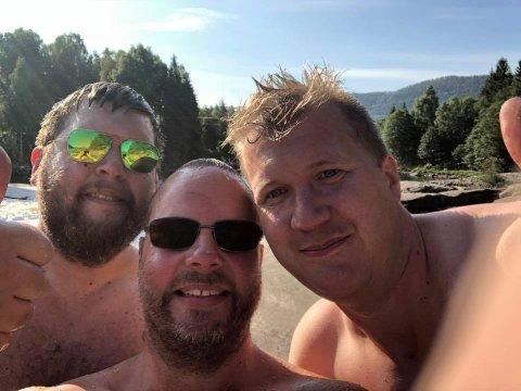 FIKK BADA SEG: Tor Olav Aase Kåsa fikk bada seg sammen med reisekollega Olav Andreas Simones - og med ordføreren som guide på svabergene. (Foto: Privat)