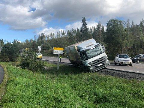 Her havnet lastebilen etter å ha svingt unna for et kjøretøy som ikke overholdt vikeplikten. De andre bilene på bildet har for ordens skyld ikke noe med ulykken å gjøre.