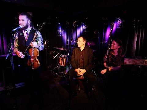 STOR KVELD: Folkemusikkmiljøet fikk en stor kveld med Lars Ingar Meyer Fjeld, Sigbjørn Rua og Unni Boksasp. (Foto: Torfinn Skåttet)