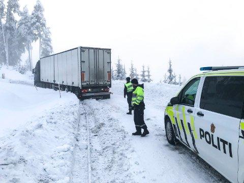 HELT VANLIG: Mange vogntog kommer til oss på dårlige dekk. Politiet må ofte rykke ut. Her fra en hendelse hvor et utenlandsk vogntog sto fast i Reshjembakkene. (Arkivfoto)