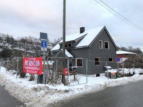 FØR: Dette bildet av Sauheradveien 11 ble tatt i går. Murstad Entreprenørservice AS har rukket å gjort en del siden da.