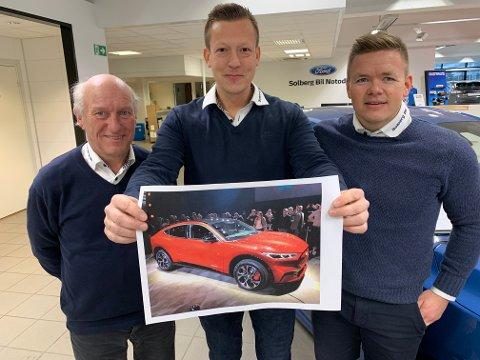 PÅ NÆRT HOLD: Dag Runar Dyre, Eyvind Fjelle og Rune Kimerud fikk mandag oppleve Ford Mustang Mach-E på nært hold. Og de er fulle av beundring når det gjelder bilen det fortsatt finnes kun tre av i verden.