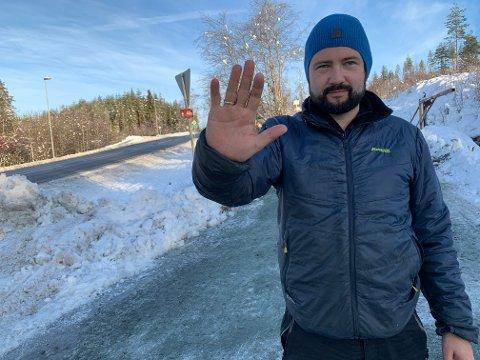 ADVARER: Skogeier Thomas Tinne advarer turgåere om skogsdrift langs skogsbilveien. Han ber også turgåerne om ikke å parkere foran skogsbilveien i Høgåskrysset.