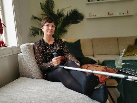 BEDRE NÅ: Sofaen har vært god å ha mens Beathe Lind har ventet på at bruddene i ankelen skal gro.