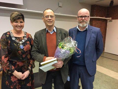 PRIS: Edgar Gundersen fikk altså kulturprisen i Notodden kommune for 2018, delt ut i 2019. Her flankert av Gry Fuglestveit og kultursjef Terje Malm under utdelingen i kommunestyret. Dette var det ingen av Telens lesere som gjettet riktig på.