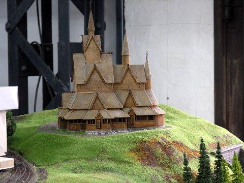 PÅ PLASS: Katedralen av norske stavkirker, Heddal stavkirke, er en del av Miniatur Wonderland i Hamburg. - Dette er en kvalitet andre ser, men som vi selv utnytter dårlig, mener Borgar Løberg.  (Foto: Borgar Løberg)