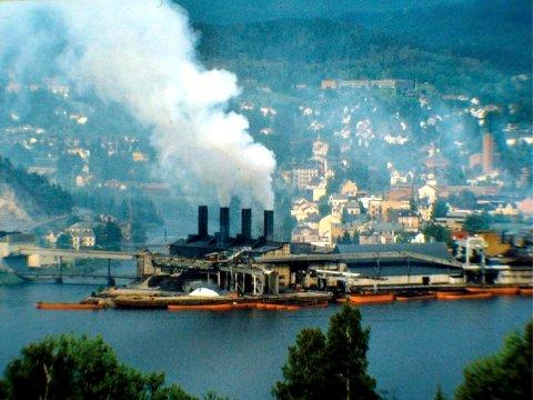 GIGANTEN: Midt i byen lå giganten Tinfos Jernverk som smeltet jern elektrisk første gang i 29. desember 1910 og holdt det gående til vedtaket om nedleggelse like før jul i 1986.