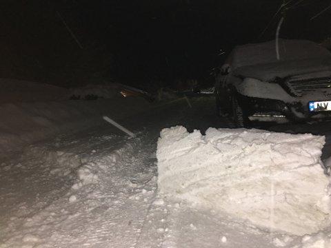 STOPP: Fredag morgen måtte mannskapene bare legge igjen ei fonne i Årnesveien på grunn av feilparkerte biler.