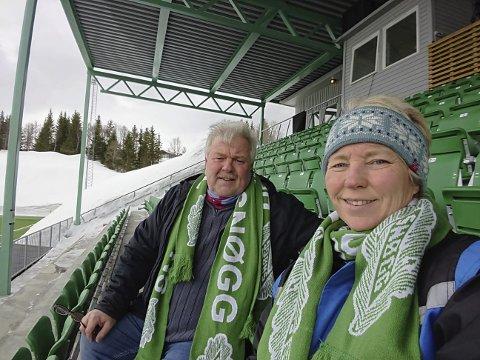 BIL: Torgeir Bakken og Bente Bakken satte seg i bilen og kjørte til Tromsø for å se datter og niese spille åpningskamp.