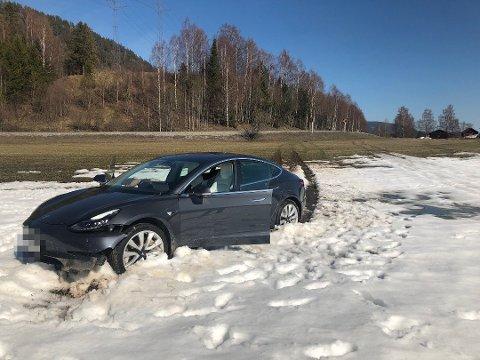 HELT PÅ JORDET: Bilen kjørte ned skråningen fra veien og et stykke ut på jordet før den stanset.