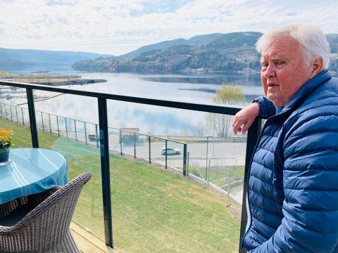 UTSIKT: Fra terassen har Nils utsikt mot gamle Tinfosområdet hvor han jobbet i mange år.