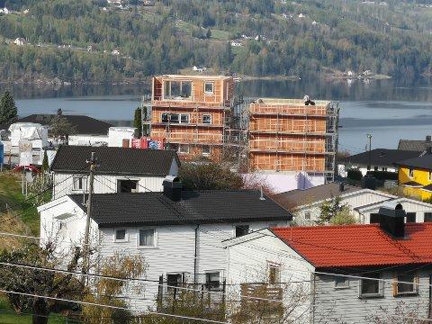 TAR UTSIKTEN: Det vokser opp et stort leilighetsbygg på Tveiten. Dette er to av totalt seks bygninger. De fire siste vil dekke resten av utsikten til venstre på bildet. Bildet er tatt fra Dalsåsveien.