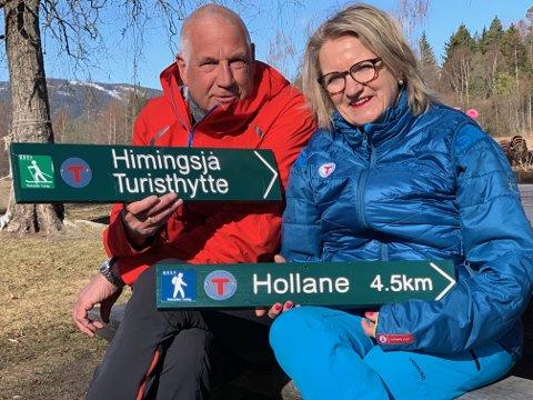 SKILTES: Notodden turlag har både vinterløyper og sommerstier, og noen gang tar folk feil, sier Ottar Kaasa og Marit Beitnes i Notodden turlag.