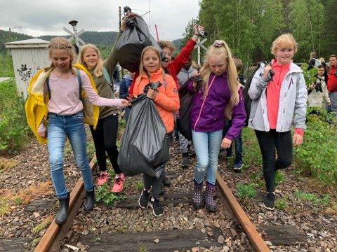 SEKKEVIS: Montesorrielevene fra Lisleherad plukket sekkevis med søppel på Tinnosbanen fra Lisleherad og ned til Tinfos.