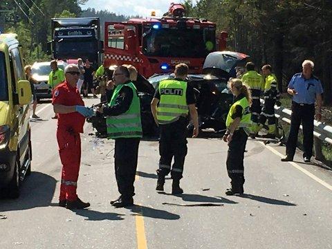 SMELLER OFTE: Strekningen Saggrenda - Notodden er en ulykkesbelastet strekning. Nå advarer Trafikksikkerhetsforeningen mot møteulykker. Mobiltelefonen din kan utløse slike ulykker om du bruker den i bilem. (Foto: Ståle Weseth, Lp)