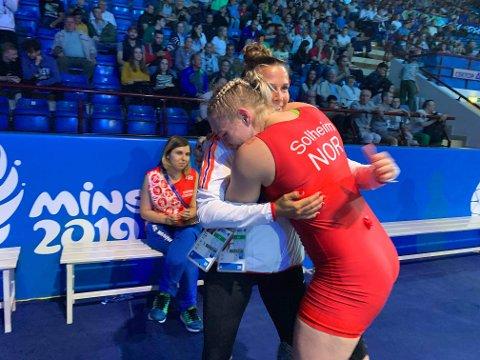JUBEL 1: Da bronsen var klar, ble det en jubeldans og en klem til ledere. Iselin Moen Solheim skrev en liten idrettshistorie i Minsk da hun tol Norges første medalje.