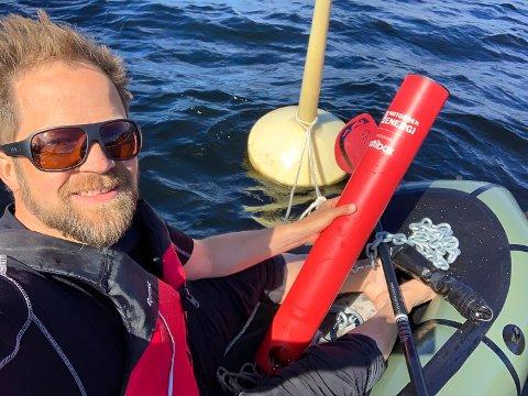 BADETASS: Fredrik Feyling fra Notodden Energi har igjen vært på vannet for å gi oss riktige badetemperaturer i Notodden.