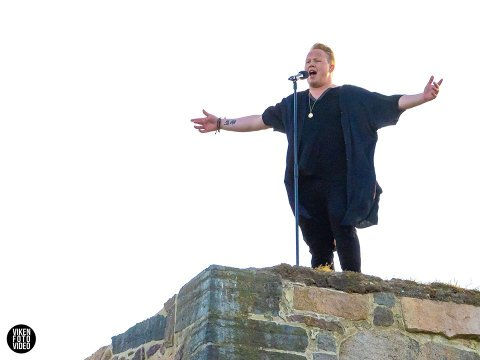 MEKTIG: Kim Rune Hagen på kanten av festningsmuren i Halden i et uforglemmelig Allsang-øyeblikk. Sveip for å se Kim Runes egne bilder.