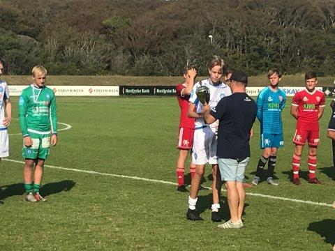 POKAL: Mathias Pedersen mottar pokalen som synlig bevis på 2. plass i B-spillet.
