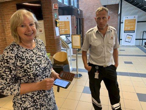 På telefonen: Ingrid Seljord Moen er blant en utvalgt gruppe i Statens vegvesen som allerede har fått førerkortet på mobil. Stasjonssjef Tor Skilbred på Notodden trafikkstasjon må vente som oss andre.