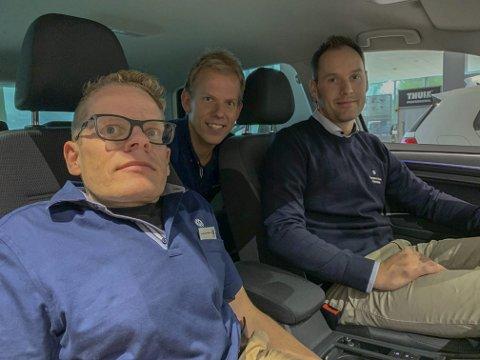 GOLF-GUTTA: De gjorde august til årets store salgsmåned. Hans Jakob Hegni, Pål Folserås og i baksetet: Gregar Høydal er fornøyd med innsatsen.