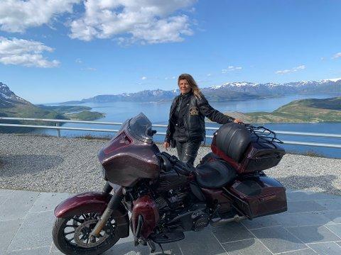 SIKKERHET: Mai-Britt Johansen er en av mange som ønsker at MC-utstyr og sykler skal bli mer tilpasset kvinners behov og anatomi. Her med sin Harley Davidson Street Glide Cvo.