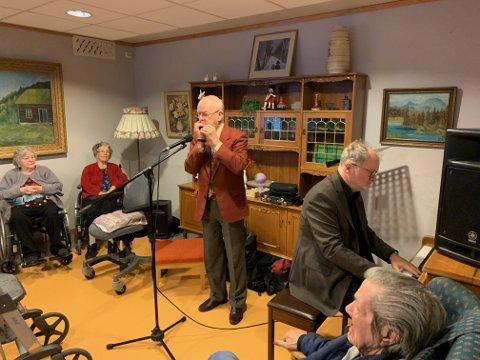 SAMSPILL: Heddølene Sigmund Groven og Kåre Nordstoga har spilt sammen i en årrekke. Torsdag var det på Notodden omsorgssenter.