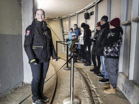 Strømmer til: Ingrid Rø Lurås har nok å gjøre i feriejobben på Gaustabanen. Her venter en ny ladning på vogna inn i fjellet.