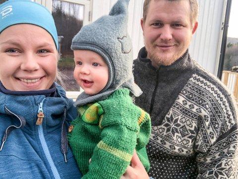 UNGE OG DRIFTIGE: Ida Kristensen og Sindre Sjulstad driver testing av en unik og eksklusiv hytte, og er veldig fornøyde med det. Det ser sønnen Halvor (6 måneder) også ut til å være. Foto: Privat