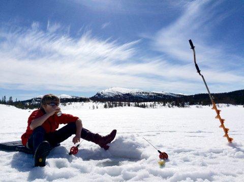 FISKELYKKE: Hvem får dratt opp flest fisk fra hullet i isen? Denne vinteren blir det pilkekarusell igjen med Notodden Jeger- og fiskerforening. (Illustrasjonsfoto)