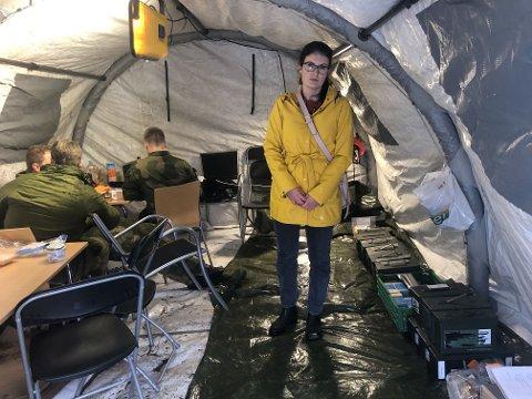 VÅPENBESLAG: Politiadvokat Julianne Angre inspiserte eiendommen på Notodden tirsdag. Politiet har tatt beslag i eiendommen etter det store våpen- og ammunisjonsbeslaget.