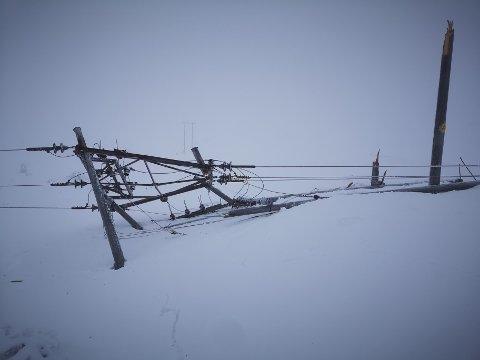 Rjukan  20201213.  Minst 16 høyspentmaster er revet over ende ved Rjukan i Tinn kommune. Et Statkraft-anlegg og et Avinor-anlegg drives nå med aggregat Foto: Stannum AS / NTB