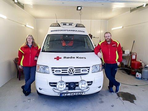 KLARE: Wenche Lyngholt Hagen og Olav Bergskås i Hjartdal Røde Kors Hjelpekorps er blant dem som er på vakt for å rykke ut med beredskapsambulansen om de skulle bli varslet av AMK.