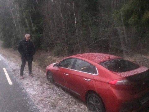 BETUTTET: Jeg følte meg ganske utmatta der jeg sto på grøftekanten og så at min lille Hyundai Ionic hadde kjørt i grøfta på egenhånd.(Foto: Arnstein Lagesen)
