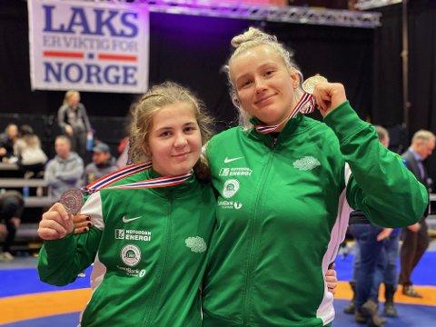 TO MEDALJER: Anne Svarstad og Iselin Moen Solheim tok begge medaljer i lørdagens bryte-NM. Anne fikk sølv i sin senior-debut, mens Iselin tok sitt femte NM-gull.