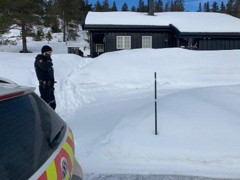 Sigurd Hov fra politiet var i ferd med å informere om hytteinbruddet til en av hytteeierne torsdag ettermiddag. Minst seks hytter har hatt innbrudd.