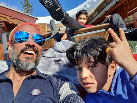 VINTERFERIE: Satvir Singh Parmar og barna tilbragte vinterferien på Gausta. Foran sitter pappa Satvir og Kabír Singh Parmar, og bak står Sikander Singh Parmar Foto: Privat