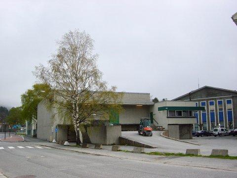 TO ETASJER: Bygget som skal rives har en grunnflate på rundt 600 kvadratmeter og er i to etasjer, og skal gi plass for ny atkomstveg inn i Hydroparken i Notodden.