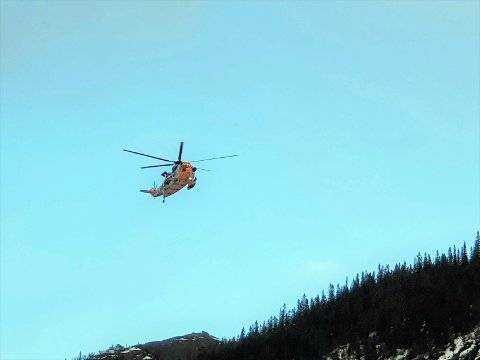 REDNINGSAKSJON: Luftambulanse fra Ål og redningshelikopter fra Rygge deltar i redningsaksjonen på Vemork nå.