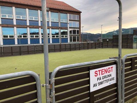SMITTEFARE: Alle kommunale ballbinger og idrettsanlegg er stengt på grunn av fare for smitte hvis flere folk samles og er nær hverandre.