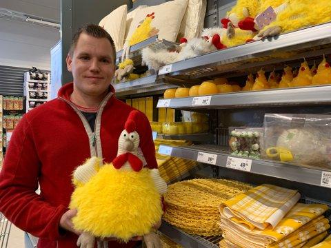 PÅSKETID: Aleksander Kaasa hos Europris dynges ned av påskevarer i disse dager. En trangsynt kylling har festet påskeblikket på oss.